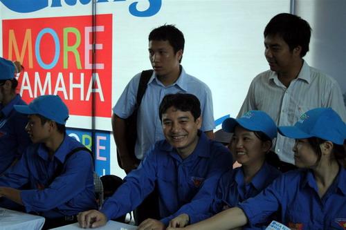 (Đồng chí Nguyễn Đắc Vinh- Bí thư Trung Ương đoàn TNCS Hồ Chí Minh, chủ tịch hội sinh viên Việt Nam ( ngồi giữa) tham gia phát bản đồ tại bến xe Giáp Bát)